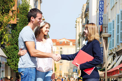 Élisabeth accueille des locataires saisonniers à Cannes, rue d'Antibes